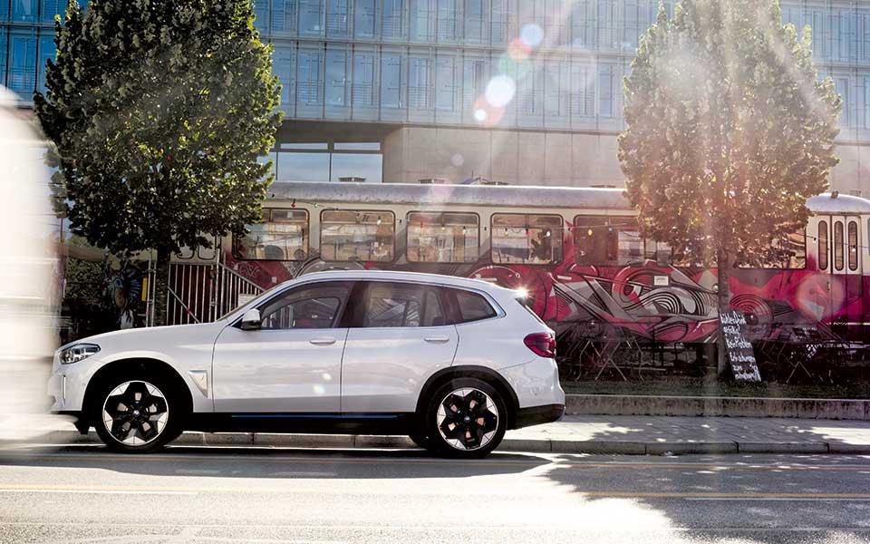 bmw i street - BMW iX3 – Lass Dich elektrifizieren